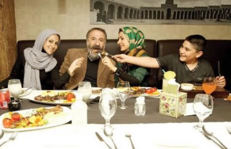 مهران رجبی و سه فرزندش در رستوران