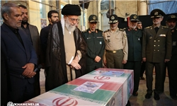 رهبر انقلاب در کنار پیکر مطهر شهید حججی